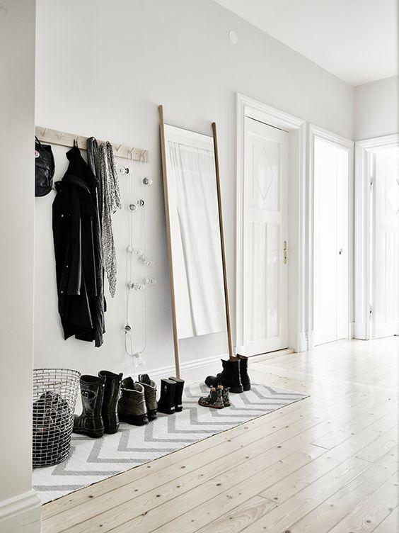 Miroir dans l'entrée avec chaussures déco entryway