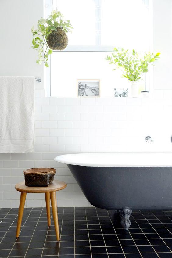 Salle de bain vintage, baignoire à pieds et plantes