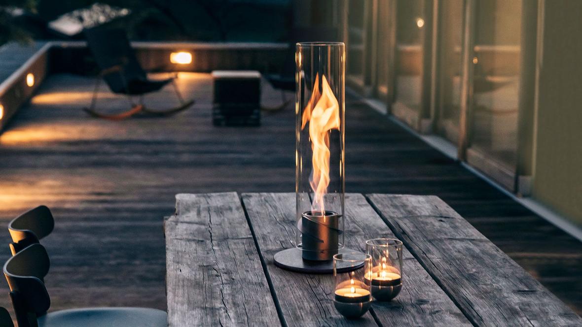 Cheminée de table Spin par Höfats : flammes tourbillonnantes dans un cylindre de verre