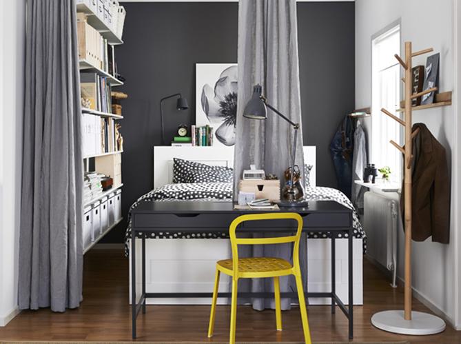 Bureau dans la chambre à coucher, au bout du lit