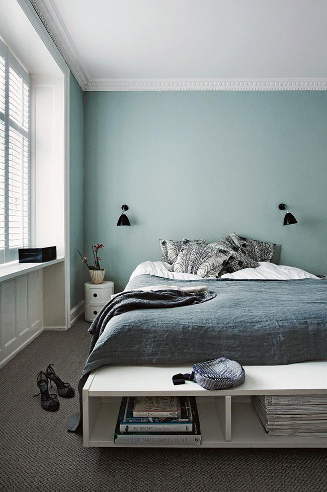 Chambre cosy et meuble de rangement au pied du lit