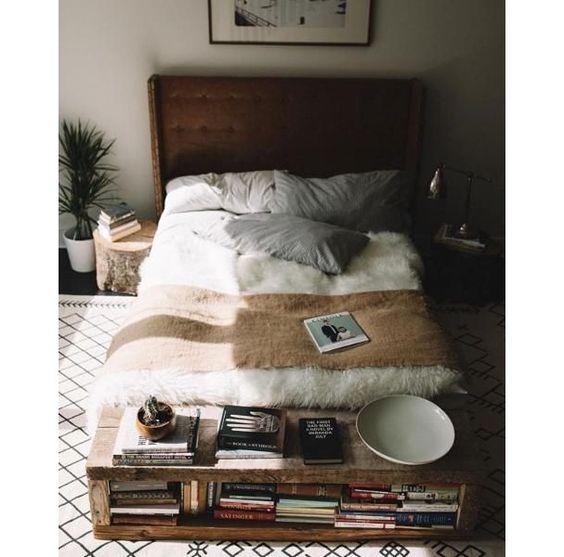 Meuble de rangement en bois au pied du lit, tendance déco