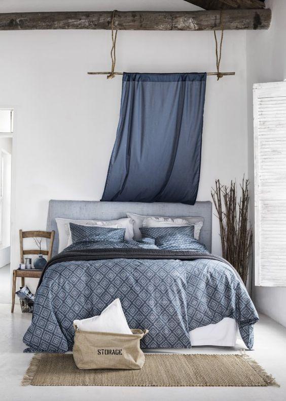 Panier au pied du lit, décoration inspiration chambre douillette