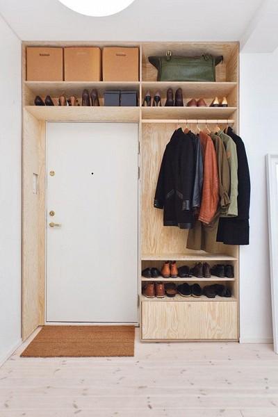 Dressing aménagé autour d'une porte, exploiter les petits espaces, appartement et studios.