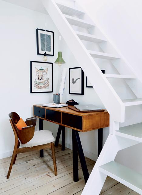 Un bureau dans le coin sous les escaliers