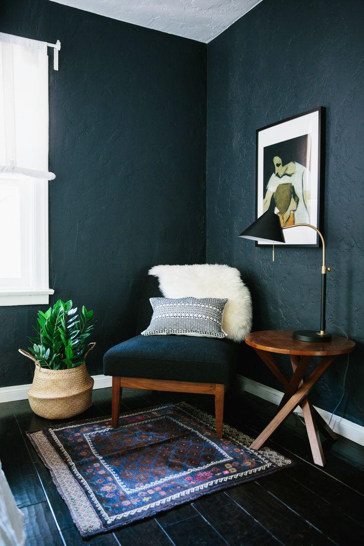 Coin fauteuil et détente : utiliser le coin d'une pièce comme lieu pour se ressourcer.