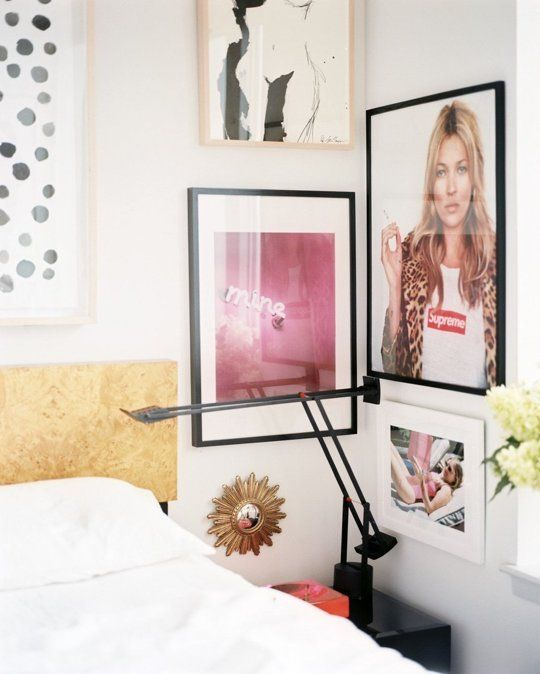 Photos dans le coin près du lit, galerie photo déco et originale