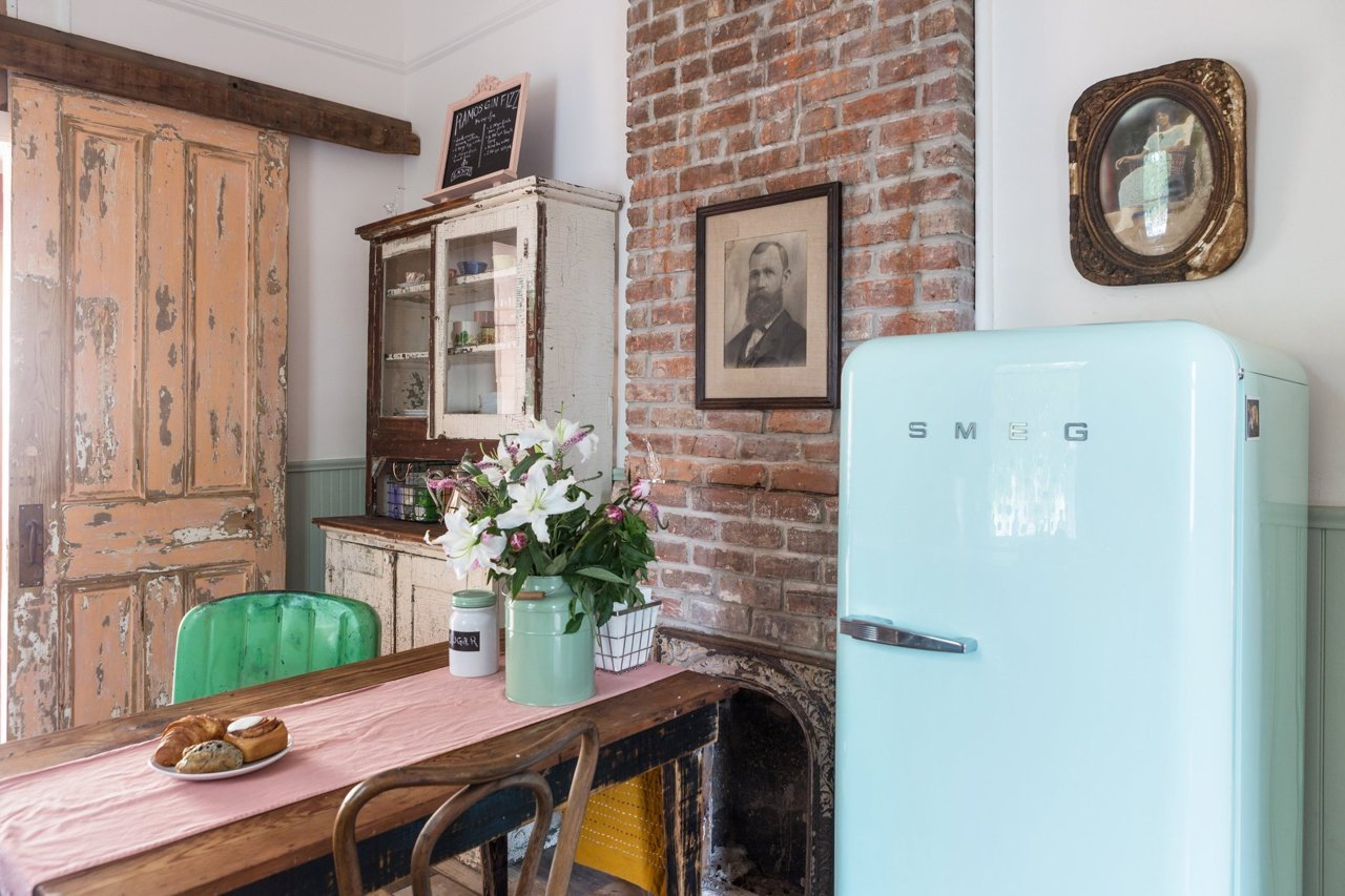 Frigo Smeg et briques sur le mur de la cuisine : ambiance vintage et design