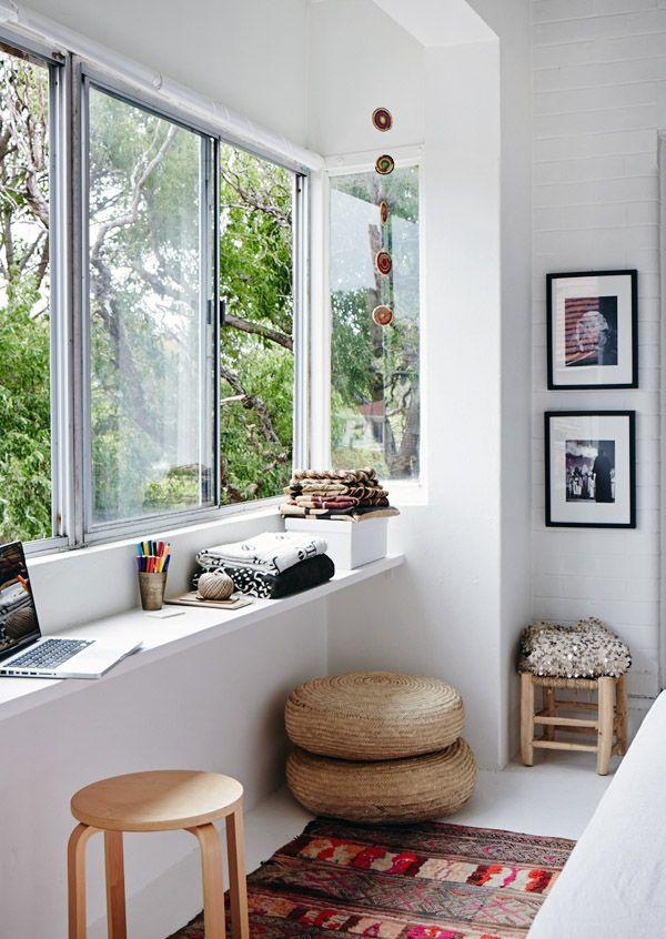 Espace de travail près de la fenêtre pour plus de lumière et de bonne humeur
