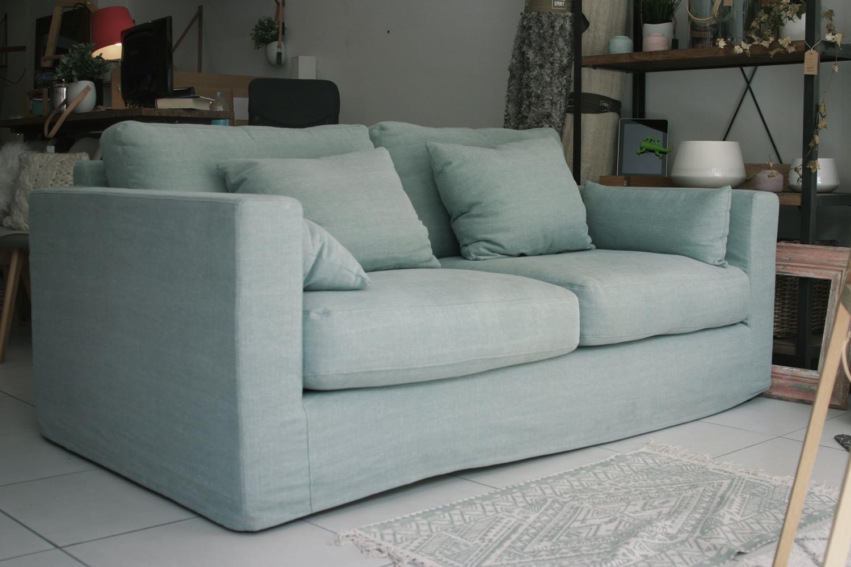 Canapé moelleux en lin et coton, couleur vert d'eau mint.