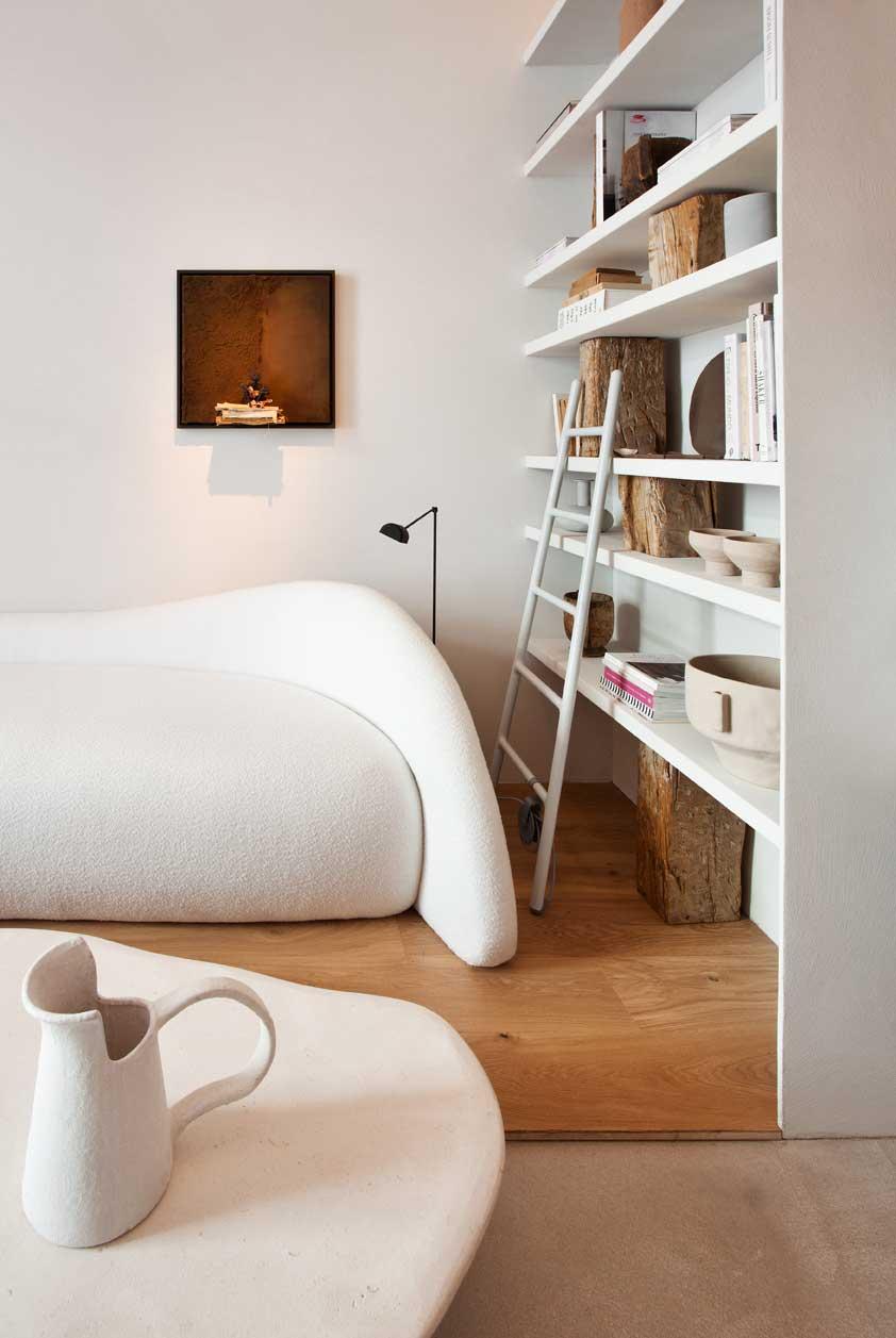 Intérieur minimaliste canapé design et tables basses artisanales wabisabi
