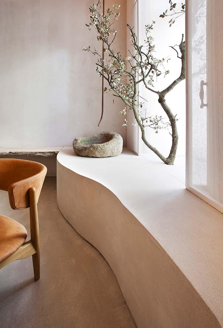 Banquette minimaliste et arbre devant la fenetre