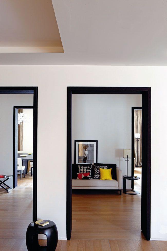 Encadrures de porte peintes en noir