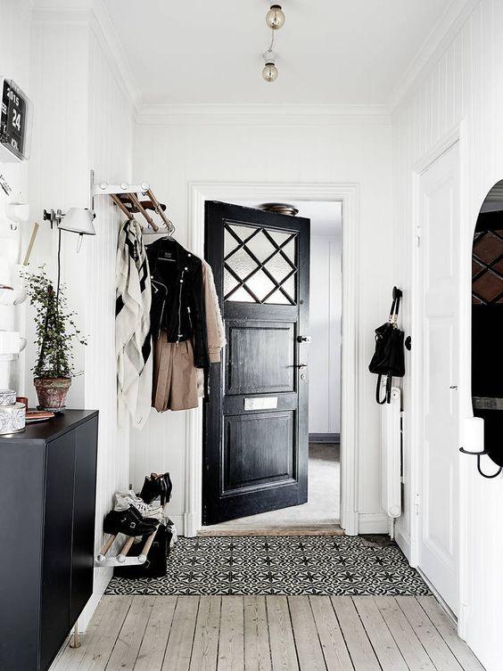 Porte d'entrée noir design scandinave appartement suédois