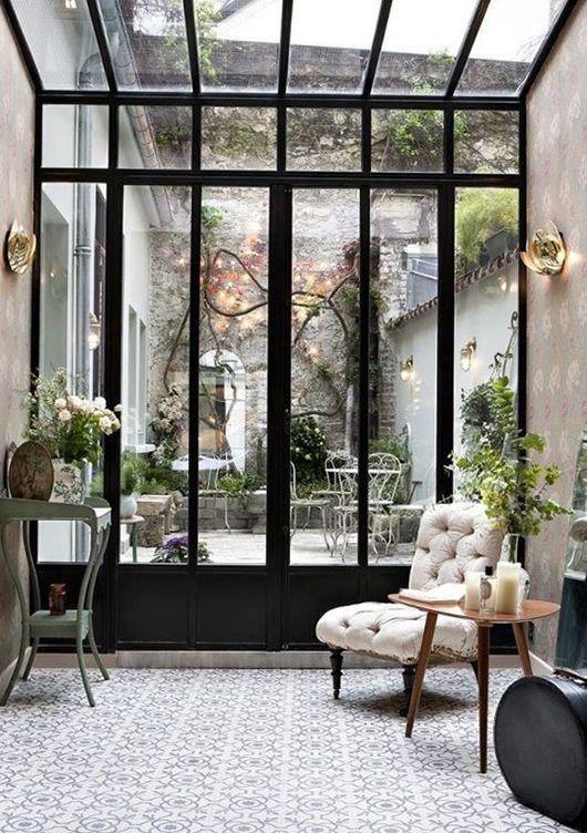 Véranda verrière avec plantes, encadrement noir, petit jardin parisien