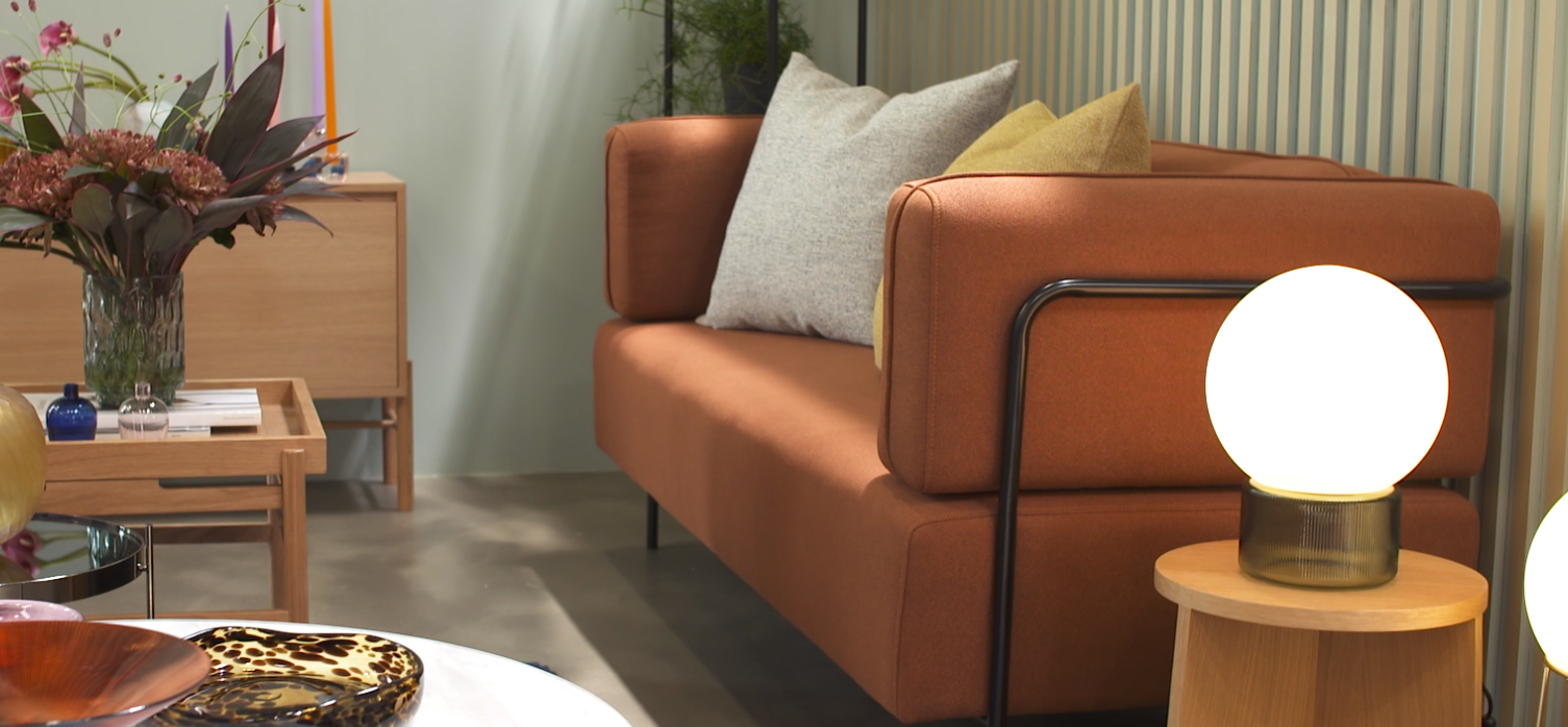 Salon aux couleurs automnales : orange, ocre, marron, jaune, cuivre...