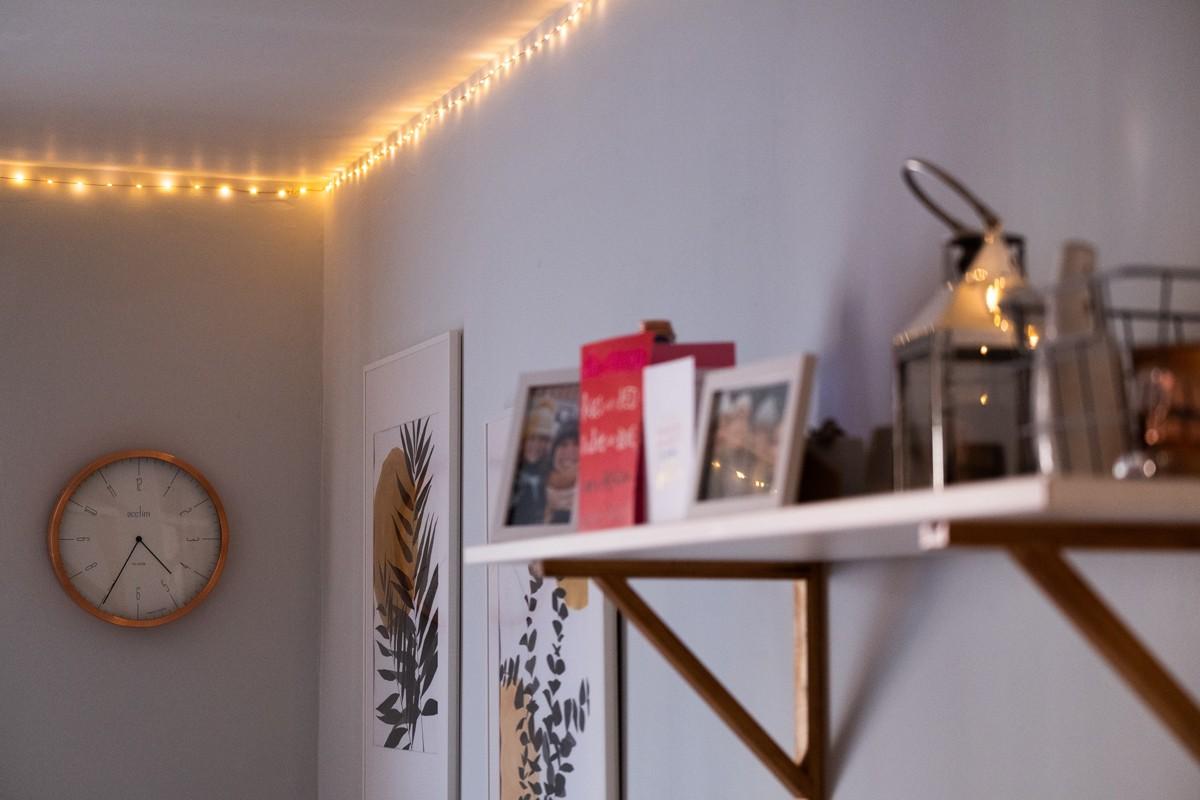 Guirlande lumineuse fixée au plafond DIY déco chaleureuse cosy hygge