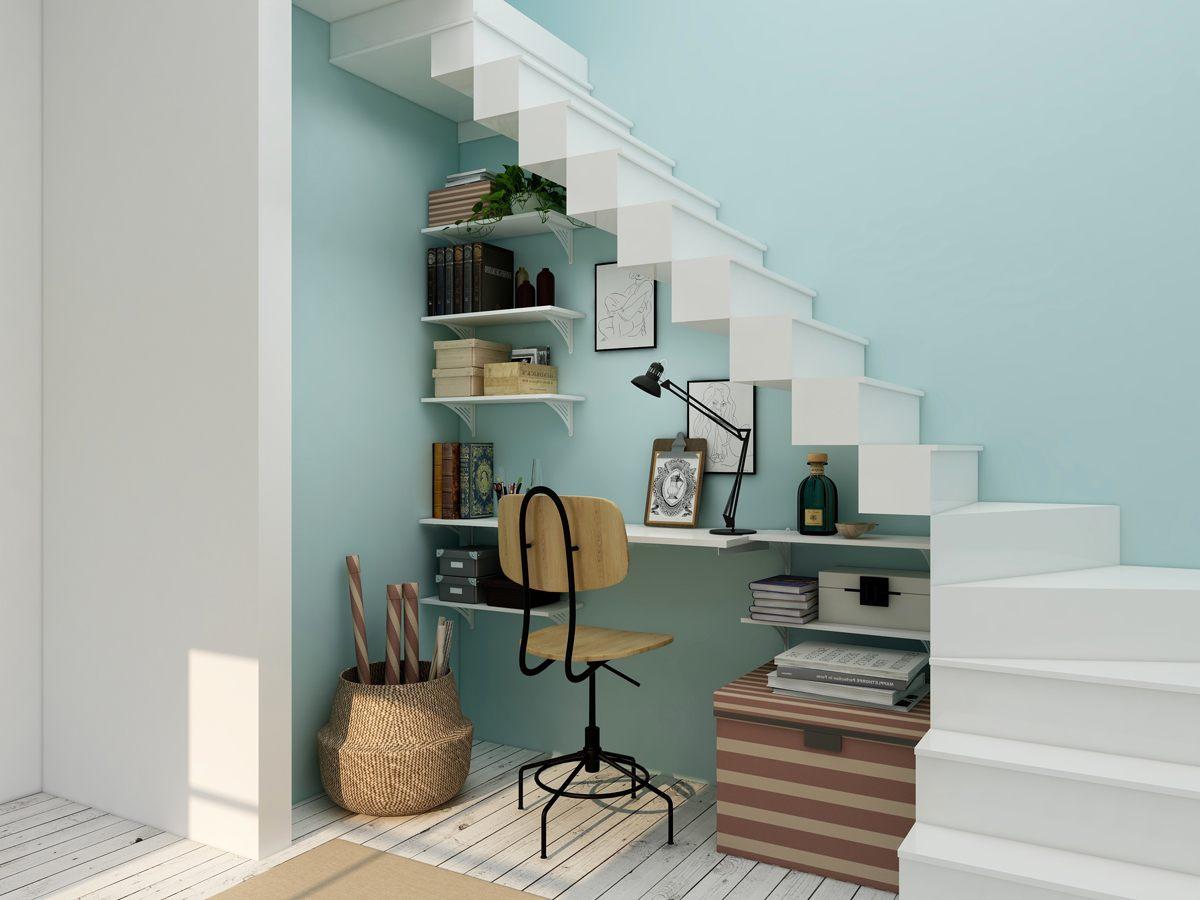 Bureau installé sous les escaliers avec de nombreux rangement pour les affaires