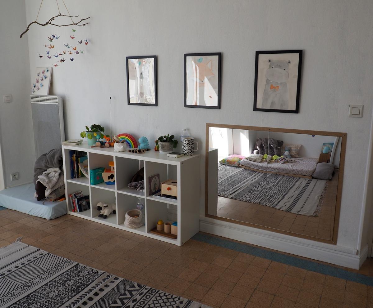 Chambre enfant Montessori miroir et étagères nido