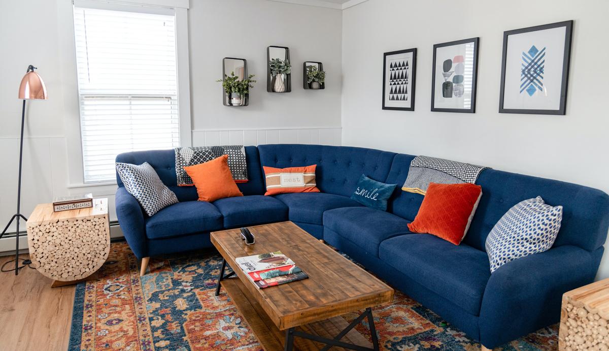 Grand canapé d'angle bleu avec deux bâtards et une chauffeuse d'angle