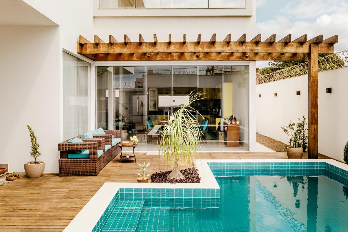 Terrasse couverte pergola poutre bois déco piscine