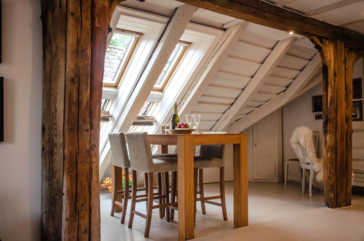 Salle à manger sous les toits, poutres apparentes