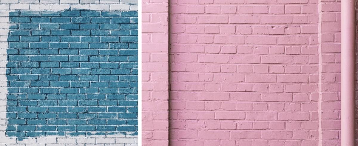 Briques peintes en rose, en bleu et blanc