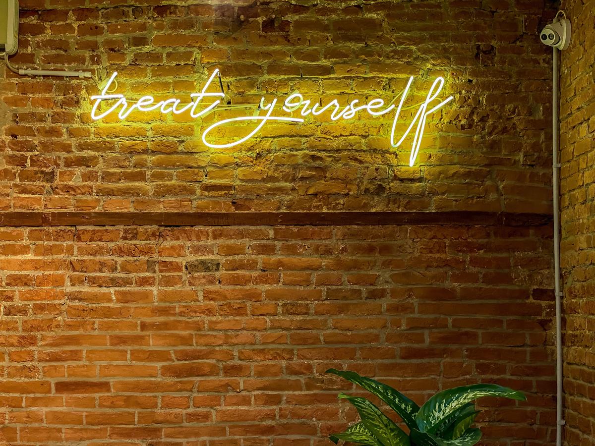 Mur en brique avec néon lumineux texte