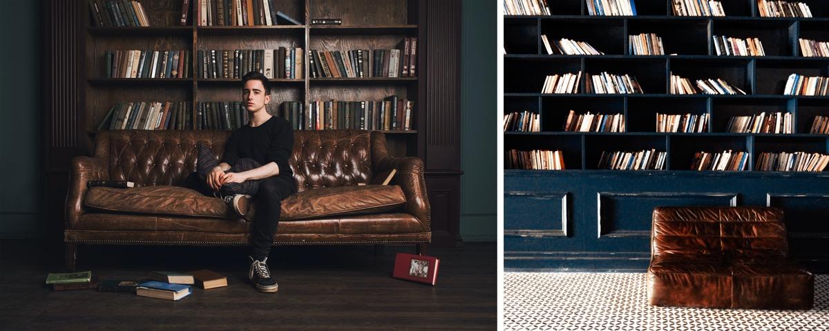 Canapé en cuir type chesterfield ou club, adossé à bibliothèque vintage