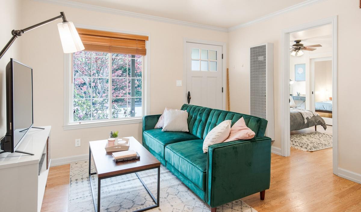 Canapé dos à la porte et à l'entrée