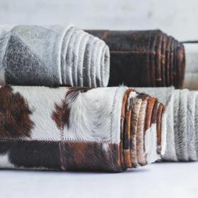 Tapis en cuir avec pièces carrées, rectangulaires, ou motifs en chevrons